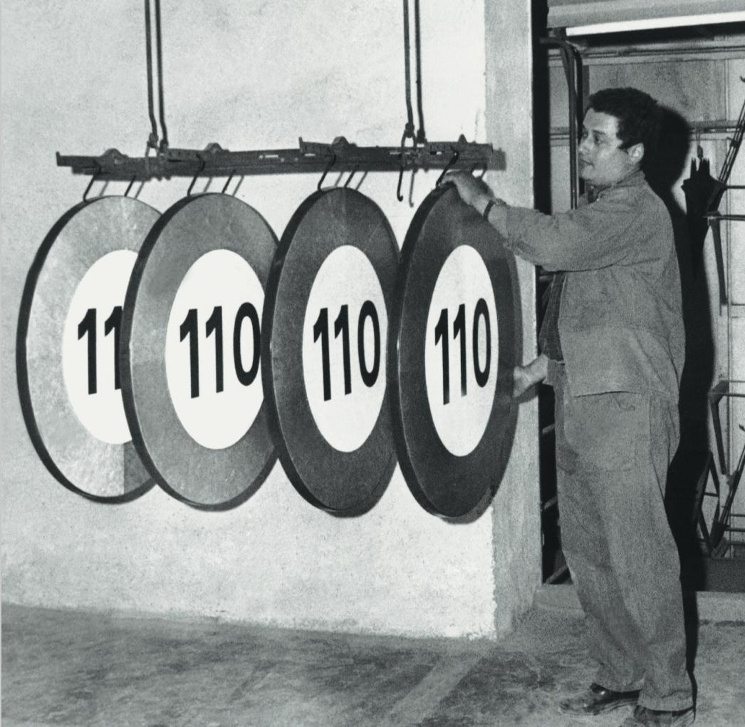 """LA FRANCE RALENTIT. De nouveaux panneaux """"110"""" sortent de l'usine Neuhaus, à Urrugne, au Pays basque. Au début des années 1970, la France a adopté de nouvelles limitations officielles de vitesse."""