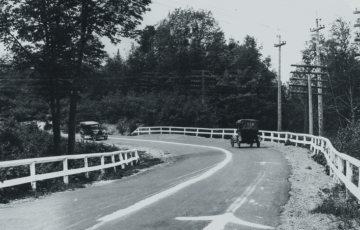 La première bande blanche axiale est apparue sur une route du Michigan, aux Etats-Unis, en 1911.